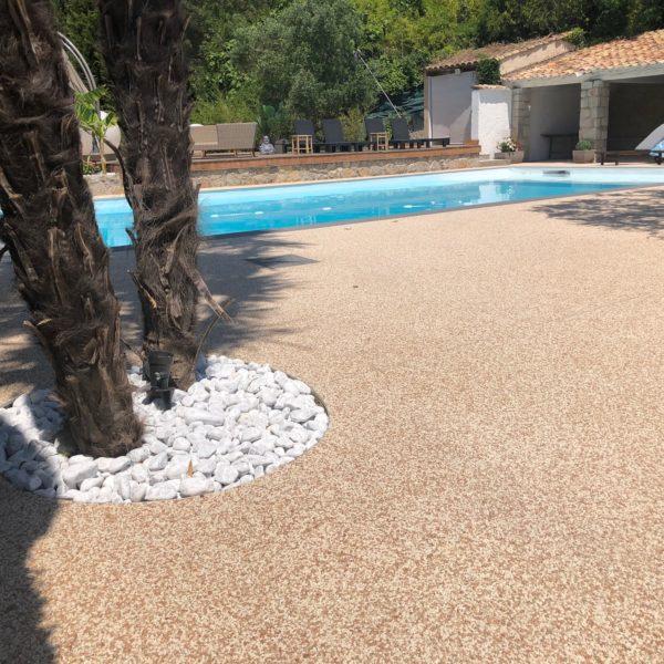 plage de piscine en resine de marbre coquillage moquette de pierre